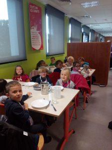 Enfants attablés au restaurant scolaire Resto Kids de L'Herbergement