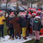 Le CME devant une décoration de Noel